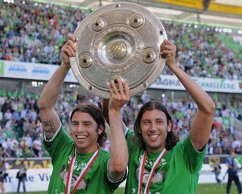 Barzagli e Zaccardo festeggiano la Bundesliga vinta con il Wolfsburg nel 2009.